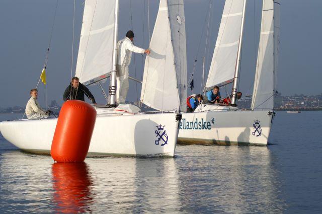 Der sejles i klubbens to kølbåde, typen DS 37.